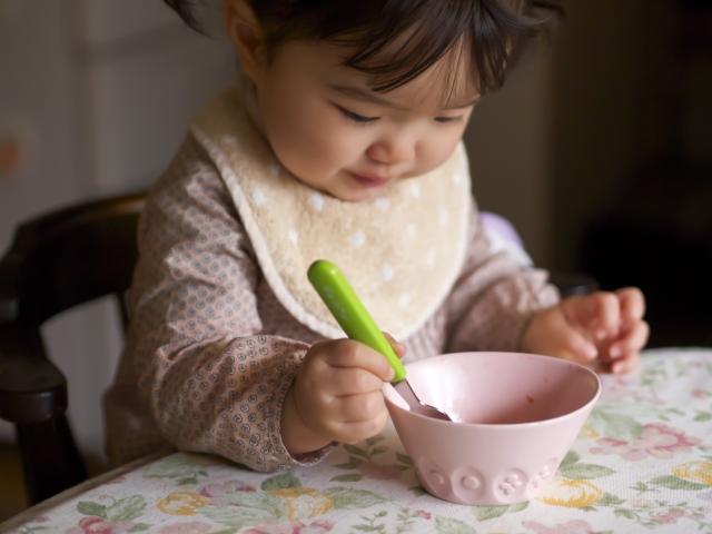 女の子が離乳食を食べるところ